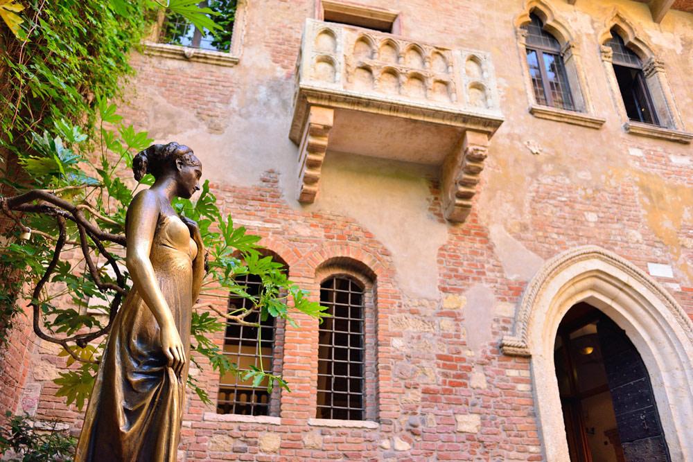 Juliet's statue and balcony in Verona